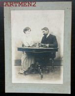 GRANDE PHOTOGRAPHIE ANCIENNE : COUPLE JOUANT AUX CARTES PARTIE DE CARTES CARTES A JOUER GIOCO DI CARTE CARD GAME DECK - Anonieme Personen
