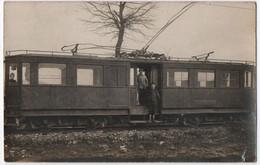 CARTE PHOTO D' UN TRAIN SUR DES RAILS - CHEMIN DE FER - CHEMINOT ET VOYAGEUR SUR LA MARCHE D' UN WAGON - 2 SCANS - - Trains