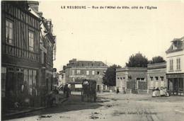 LE NEUBOURG  Rue De  L'Hotel De Ville Coté De L'Eglise Commerces Attelage RV - Le Neubourg
