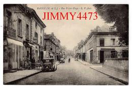 CPA - BAUGE - Rue Victor Hugo ( Vieilles Voitures ) ( Arr. De Saumur 49 Maine Et Loire ) Phot. M. Chrétien - Saumur