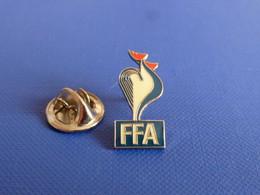 Pin's FFA Fédération Française D'athlétisme - Coq Sportif Tricolore (PE126) - Athletics