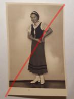 Photo Vintage. Original. Mode. Fille Avec Une Belle Coiffure Et Une Robe. Lettonie D'avant-guerre - Objetos