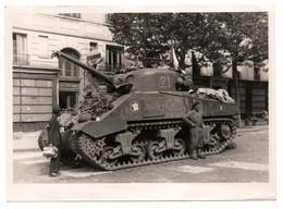 - PHOTO MILITAIRES - LIBÉRATION DE PARIS (belle Animation Avec Tank ROMILLY) - Photo YVES HERVOCHON - - Guerra, Militares