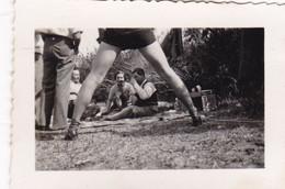 PERSONNES DANS UN PIQUE-NIQUE. EROTIQUE. CORDOBA, ARGENTINE. CIRCA 1950's. PHOTO -LILHU - Anonieme Personen