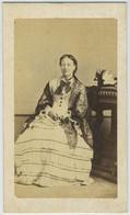 CDV Circa 1870. Portrait D'une Femme Au Chapeau à Vichy. Bourgeoisie Ou Noblesse. Dédicace. - Antiche (ante 1900)