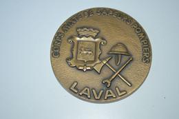 Rare Médaille De Table 6.5 Cm Corps Mixte De Sapeurs Pompiers De Laval 1976 - Brandweer
