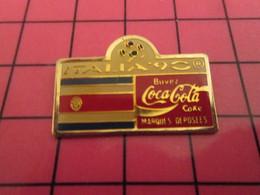 216B Pin's Pins / Rare Et De Belle Qualité !!! THEME SPORTS / FOOTBALL COCA COLA MONDIAL 1990 DRAPEAU GRATTELAMOILA - Calcio