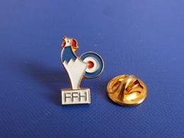 Pin's FFH FFT Fédération Française Handisport Tir - Cibe Arme Pistolet Carabine Fusil - Coq Sportif Tricolore (PY4) - Altri