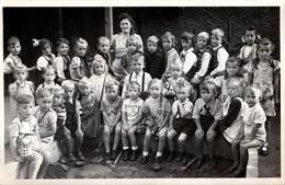 Carte Photo Originale Scolaire - Groupe D'écoliers Mixtes Et Leur Maîtresse Vers 1940 En Allemagne - Personas Anónimos