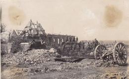 Foto Deutsche Soldaten Bei Zerstörter Friedhofkapelle In Roisel - Somme - April 1918 - 14*9cm (54280) - Guerra, Militares