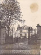 Foto Deutsche Soldaten Vor Schloss Roisel - Somme - April 1918 - 12*9cm (54282) - Guerra, Militares