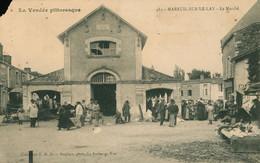 CPA MAREUIL SUR LAY - Le Marché  - Animée Commerces - Non Circulée Abimée Coin Gauche - Mareuil Sur Lay Dissais