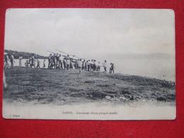 """POLYNESIE FRANÇAISE - TAHITI - """" LANCEMENT D'UNE PIROGUE DOUBLE """" - VOYAGEE  ---- """" CARTE TRES, TRES RARE """" - - Polynésie Française"""