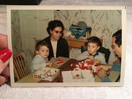 Photo Couleur 19 70 Femme à Table En Train De Jouer Avec Les Lego Avec Ses Deux Garçons Et Son Mari - Anonyme Personen