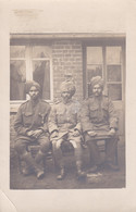 CARTE PHOTO POSSIBLE SOLDATS HINDOUS DONT UN MEDAILLE  REF 69641 - Oorlog 1914-18