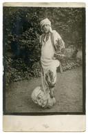 Artiste Du Spectacle Travesti Costumé En Cheikh Arabe Le Pied Sur Une Tête De Géant Carnavaleux Décapité.  Carte Photo. - Théâtre