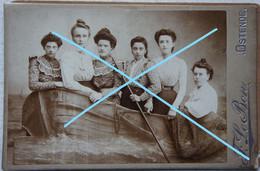 Photo OOSTENDE Photo De Studio Pre 1914 Dames Dans Un Bateau De Pêche Visser Boot Kust - Orte
