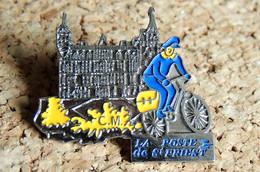 Pin's LA POSTE - Facteur à Vélo Château De SAINT-PRIEST 69 - Peint Cloisonné - Fabricant Inconnu - Mail Services