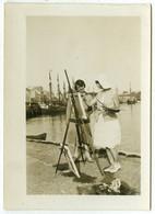 Peinture . Peintre Peignant Sur Le Motif . Port De Boulogne ? (Bateau De Pêche Immatriculé B48) . - Luoghi