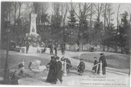 TOUL - LE MONUMENT COMMEMORATIF - SUPERBE ANIMATION - VERS 1900 - Toul