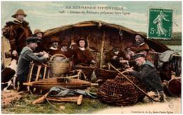 LA NORMANDIE PITTORESQUE - Groupe De Pêcheurs Préparant Leurs Lignes - Basse-Normandie