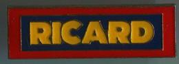 LES 3 PIN'S RICARD.....PIN'S Signé....TRES BON ETAT - Bevande
