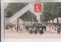 """CPA - 45 - PITHIVIERS (Loiret) - Revue Du 14 Juillet 1908 - Le Défilé """"POMPIERS Et DRAPEAU En 1er Plan"""" - CARTE RARE - Pompieri"""