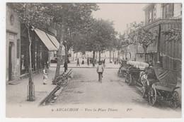 33 - ARCACHON - VERS LA PLACE THIERS - FIACRES EN STATIONNEMENT - Arcachon