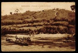 CPA MADAGASCAR PIROGUES CHARGEES DE FECULE ANIMEE - Madagascar