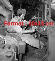 Reproduction Photographie Ancienne D'une Femme Soldat Aux Volant D'une Camion Dodge Weapon Carrier à Brig Suisse 1950 - Reproducciones