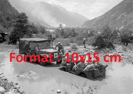 Reproduction Photographie Ancienne De Femmes Soldats En Jeep Dans L'eau Tirée Par Une Jeep Ambulance Brig Suisse 1950 - Reproducciones