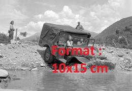 Reproduction Photographie Ancienne De Femmes Soldats Dans Une Jeep Traversant Un Plan D'eau à BrigSuisse 1950 - Reproducciones