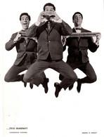 Grande Photo De Promo Originale - Le Trio Marnhy à L'Harmonica En Suspension, Harmonica Hohner Photographe G. Soulet - Célébrités