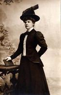 Carte Photo Studio Originale Jeune Femme De 22 Ans Au Livre Un 06.12.1908 Par Ortmans à Blankenberghe 8370 Belgique - Anonymous Persons