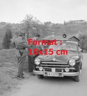 Reproduction Photographie Ancienne D'une Voiture De Police Enquêtant à Estavayer-Le-Lac En Suisse En 1957 - Riproduzioni