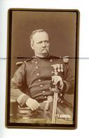 CDV. Carte De Visite. PHOTOGRAPHIE. Militaire. Soldat , Décorations Médailles . Sabre. Numéro Du Col 109. DESCRANGES - Guerra, Militari