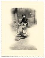 BORDEAUX-2 Photos 8x10,5 Et 7x10,5 Scooter Devant Le 3 Rue Desfourniel...1958  Animé - Places