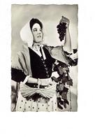 Cpm - Thème Vendange EN BOURGOGNE Femme Vendangeuse LAYOTTE - Costume Coiffe Panier Raisin - Viñedos