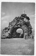 (RECTO / VERSO) BIARRITZ EN 1957 - N° 1124 - LE ROCHER DE LA VIERGE ET LE TUNNEL - BEAUX TIMBRES - FORMAT CPA - Biarritz