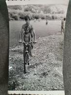 YOUNG BOYS IN SWIMSUITS ON BIKE, JEUNES GARÇONS EN MAILLOTS DE BAIN À VÉLO, ORIGINAL PHOTO - Personnes Anonymes