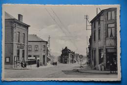 Courcelles: Rue Général De Gaulle Et Rue Albert Lemaître Animée - Courcelles