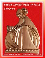 """SUPER PIN'S """"LANVIN Couture"""" : Jeanne LANVIN Et Sa FILLE, MAISON De HAUTE CUTURE En ZAMAC Or 3D, Signé Verso  2,4X1,8cm - Personaggi Celebri"""