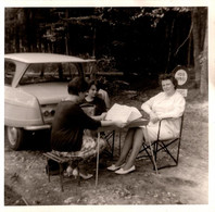 Photo Carrée Originale Pique Nique Entre Femmes En Voie Privée En Forêt, En Citroën Ami 6 Vers 1960 - Cars