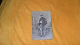 CARTE POSTALE PHOTO ANCIENNE NON CIRCULEES DATE ?../ MILITAIRE DECORE ?..CHIFFRE 155 CASQUETTE A IDENTIFIER.. - Personajes