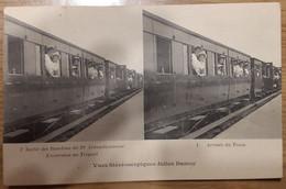 Carte Postale Carte Stéréoscopiques Sortie Des Bambins Du 19e Arrondissement Excursion Au Tréport Arrivée Du Train - Stereoscopische Kaarten