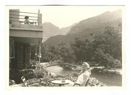 G1207 - PHOTOGRAPHIE - Corse - Porto - Femme En Terrasse Au Logis D'Eucalyptus ? 1964 - Lugares