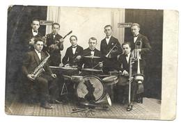 CP PHOTO TCHEQUIE DOMALICE PIZEN GROUPE DE MUSICIENS JAZZ BAND Kopcent Black Bolen 29 3 1930  NOM DES MUSICIENS AU DOS - Tschechische Republik