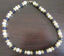 Collier Fantaisie Vintage En Perles Synthétiques Blanches Et Bleu Marine Et Métal Doré - Necklaces/Chains