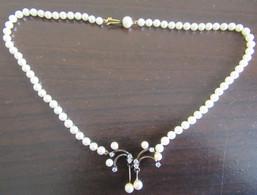 Collier Fantaisie Vintage En Perles Blanches D'imitation Et Métal Doré + Pendentif Assorti - Necklaces/Chains