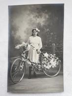 CARTE PHOTO Jeune FILLE Au VELO FLEURI Fleurs Portrait Carte Postale Ancienne CPA Postcard Animee - Photos